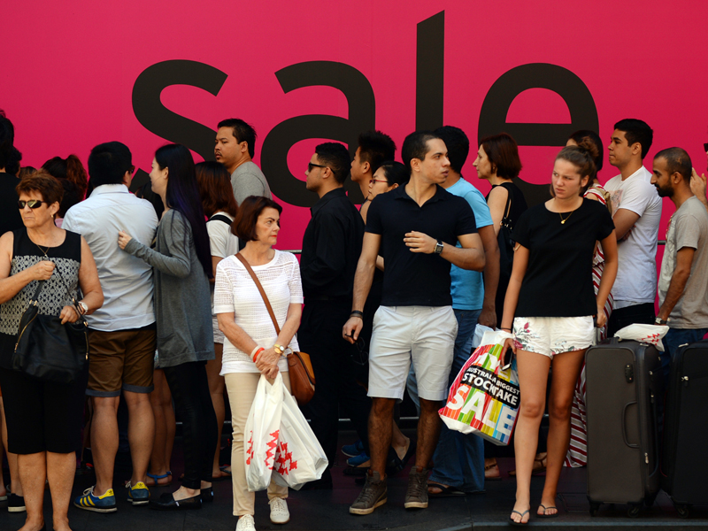 Australian consumers pictured in the Central Business District, Sydney, Friday, Dec. 26, 2014. Consumers are expected to spend more an estimated $2.07 billion dollars in retail sales across Australia today. (AAP Image/Sam Mooy) NO ARCHIVING